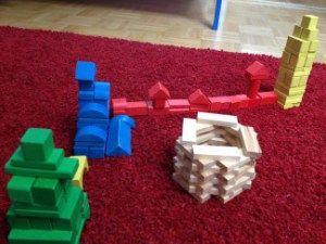 farblich sortiert bauen, Kleinkindaktivität, Kleinwirdgross.wordpress.com - Ein Blog für die Familie, mit Themen von Spieletipps, Bastelideen und Rezepten, über Kindererziehung, bis hin zu mehr Gelassenheit für Eltern