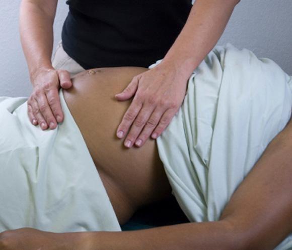 Какой массаж можно делать беременным?   Массаж при беременности должен охватывать зоны спины, шеи, а также ноги и руки. Очень полезен будет массаж поясницы при беременности, особенно он необходим тем женщинам, которые в этой области часто ощущают тянущие боли. Особое внимание также нужно уделить массажу спины при беременности, ведь она переносит больше всего нагрузок. Массаж груди при беременности требует чрезвычайной осторожности, особенно на ранних сроках, когда массирование груди может…