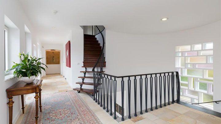 Vriend Amanda Krabbe verkoopt zijn villa met vette winst. Zie foto's ! - Bekende Buren