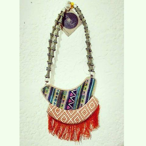 Collar hecho con telar manual totalmente estilo mexicano. Necklace made with manual loom, with a total mexican stile