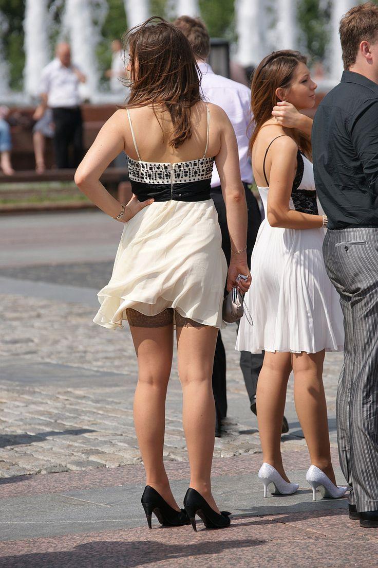 Смотреть задрал юбку