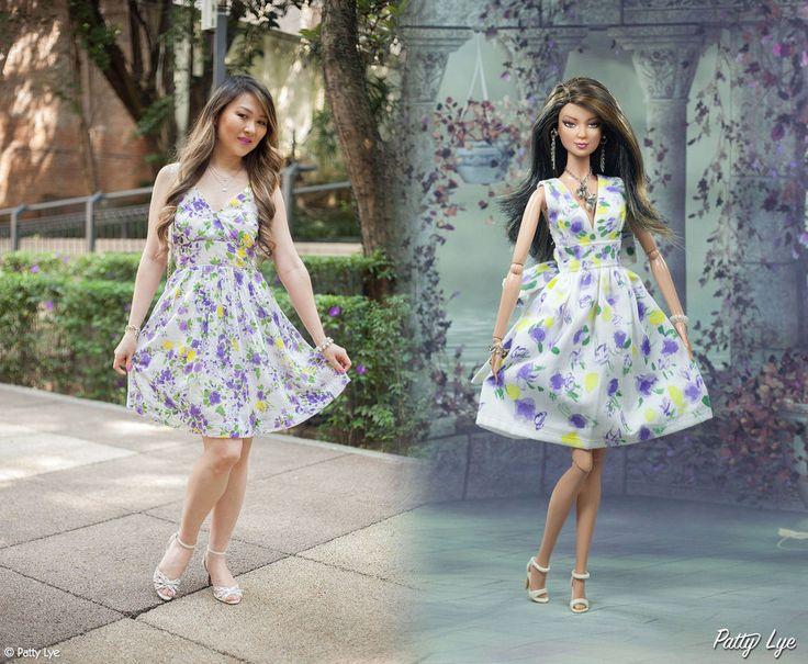 Look da Patty Lye com a Barbie Mini-me Patty Lye com vestido floral Zara, flores roxas, sandália branca e bolsa branca