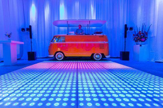Lets dance ! DJ bus met ledvloer