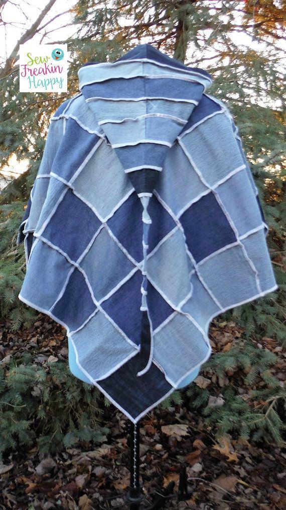Ungefütterte Denim, Patchwork, Poncho mit langer Kapuze aus recycelten Jeans hergestellt. ~ Tragen Sie es stolz zu wissen, dass SIE für die Reinhaltung unserer Erde verantwortlich sind. Reduzieren, wiederverwerten, recyceln!  Merkmale:  ~ Eine von der Art, wie SIE! ~ Kapuzen Denim Poncho ~ Aus recycelten Jeans hergestellt ~ Farbtöne: Blau ~ Versäubert zusammen mit weißem Faden. ~ SIE sind verantwortlich für unsere Erde sauber zu halten sein   Messungen: Poncho  ~ Kostenlose Größe: Passt…