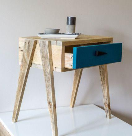 Cette petite table de nuit est entièrement réalisée en bois de palette. Son encombrement mini et son look marqué font de ce chevet un petit meuble très pratique et s'adaptant - 18267789