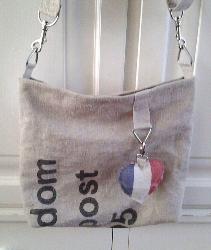 Van PTT postzakken een tas maken.