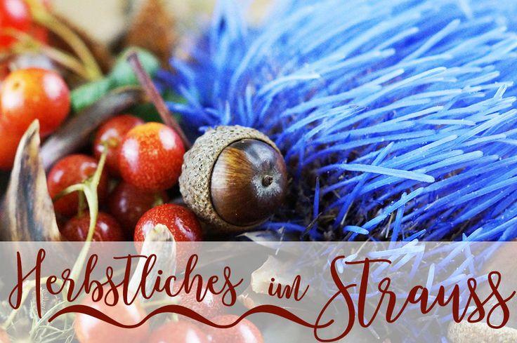 Herbststrauß – ein bunter Strauß mit Artischockenblüte, Eicheln, Beeren, Bucheckern,...