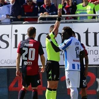 """Ghanaian ���� international soccer star and Pescara's midfielder, @SulleyMuntari was booked by the referee after he reported  he was being racially abused during a league match.  The 32-year-old former Ghana midfielder asked Daniele Minelli to stop Sunday's Serie A game at Cagliari.  But he was instead booked for dissent in the 89th minute, prompting the former Portsmouth and Sunderland player to leave the pitch in protest. He angrily confronted Cagliari fans, shouting: """"This is my colour.""""…"""