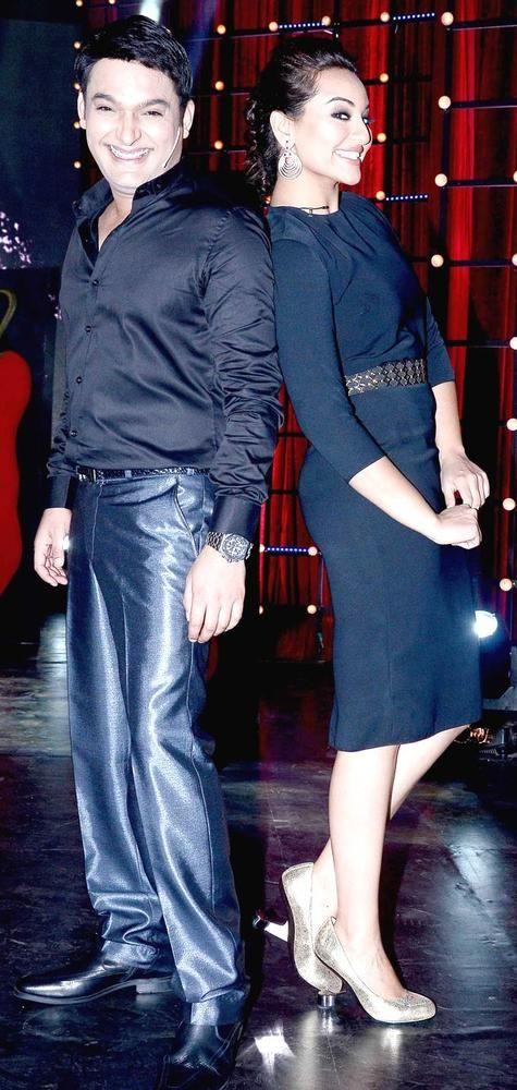 Sonakshi Sinha strikes a pose with Kapil Sharma #Bollywood #Fashion #Style #Beauty