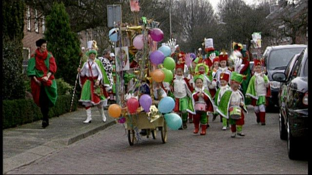 Kinderen verkleden zich en schminken zich om vervolgens mee te doen aan een grote carnavalsoptocht met praalwagens.