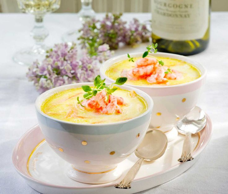 Denne oppskriften på rekesuppe tar ikke lang tid å lage og smaker nydelig. En skvett fløte gjør susen og runder av smaken perfekt. Suppen passer fint som forrett til middag og i en større festmeny.
