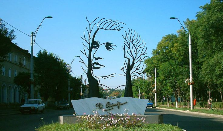 Imediat după moartea lui Mihai Eminescu, medicii au găsit în halatul poetului un mic carneţel cu versuri. Erau ultimele poezii ale poetului, scrise în santoriul pentru boli psihice unde a stat internat în ultimul an de viaţă. Se presupune că una dintre poezii a fost scrisă de Eminescu în ultima oră de viaţă. Pe data …