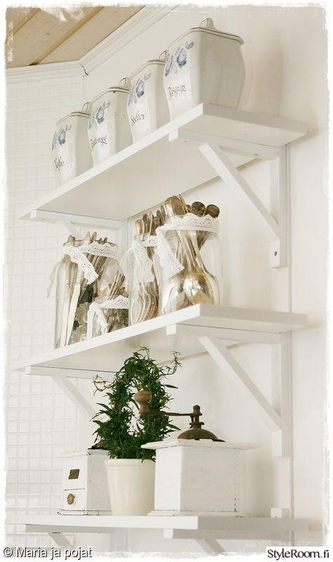 keittiö,valkoinen,maalaisromantiikka,viherkasvi,koriste-esineet