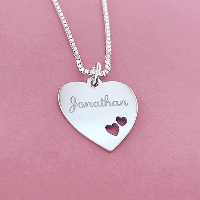 Deze super mooie zilveren ketting kan je zelf personaliseren met de naam van je geliefde! Linkje in bio!  #sieraden #love #ketting #hartje