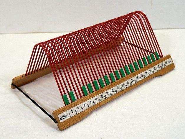 Original 60er Jahre Schallplattenständer der Marke Griffix.  Das Gestell ist aus Holz, die Seiten und Streben aus Metall - mit rotem Kunststoff ummantelt. Mit Beschriftung 1-40  Guter...