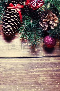 sapin decoration noel: Christmas fir tree with decoration on dark wooden board in vintage style. Gold and Red Christmas ornaments on a rustic wood background