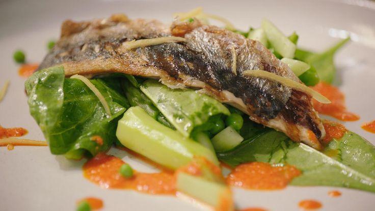 Een fris voorgerecht met gegrilde makreel, asperges, erwtjes en een bijzondere saus van pimiento del piquillo. Het ziet er bijzonder gastronomisch uit, maar het is eigenlijk heel eenvoudig.