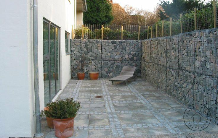 Ny gårdhave med granit og betonsten. flot støttemur med granit ...