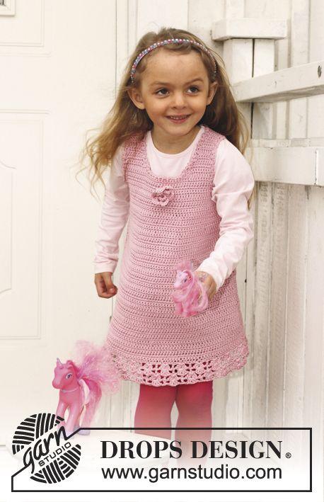 """Hæklet DROPS kjole i """"Muskat"""" med hulmønster nederst.  Str 3 - 12 år Gratis opskrifter fra DROPS Design."""