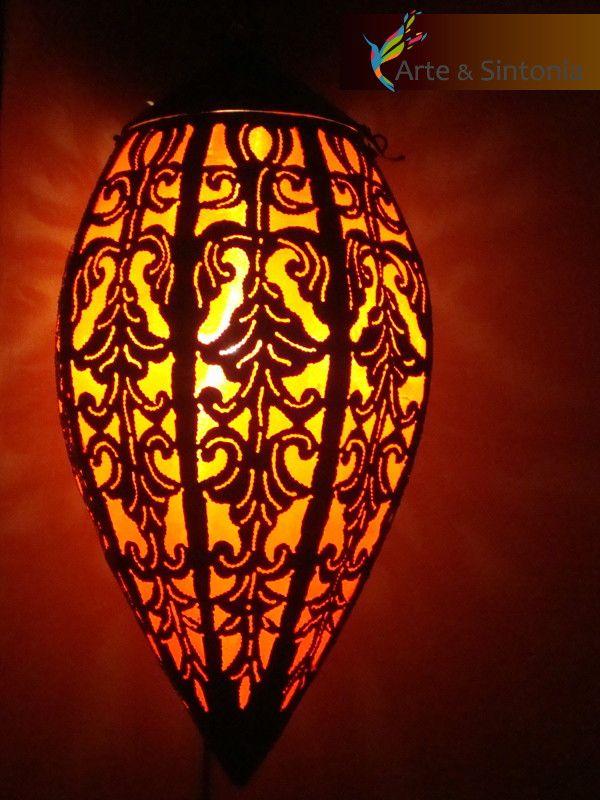 Pendente estilo marroquino, feito artesanalmente em latão rendando e tecido laranja com formato de gota. <br> <br>Esses lustres criam belos efeitos luminosos através das rendas esculpidas no latão e dão um toque de elegância e sofisticação para seu ambiente.