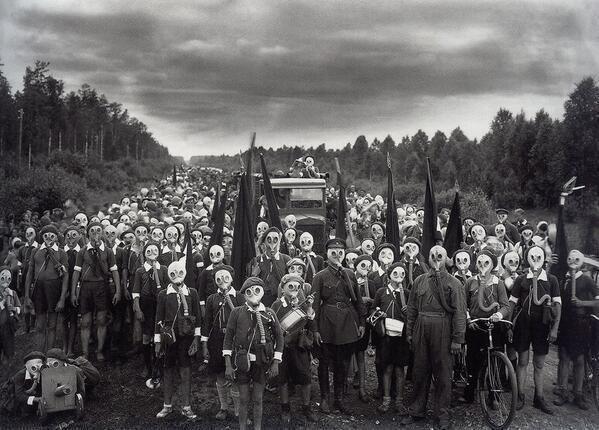 Ces photos étranges vont vous glacer le sang - Enfants posant avec un masques à gaz. L'Union soviétique, 1937