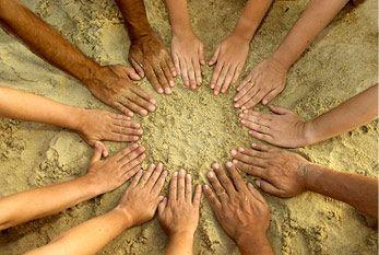 Kulturelle Vielfalt: verschiedenfarbige Arme von Menschen aus unterschiedlichen kulturen.