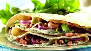 Bestel je op restaurant een tortilla, dan krijg je ofwel een dikke kruidige omelet met aardappel, ofwel een hartige pannenkoek die met een frisse vulling wordt opgerold. De laatste versie noemt men een wrap, maar soms ook wel een burrito of een taco. Het is op zijn minst verwarrend te noemen!