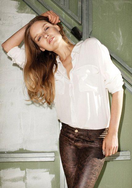 Combineer de bruine metallic met een classy witte blouse en je bent meteen klaar voor het werk
