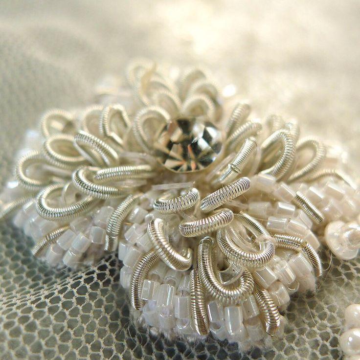 186 отметок «Нравится», 2 комментариев — Studio Non Sequitur (@studiononsequitur) в Instagram: «Sunny flower sample | #embroidery #design #tambour #beading #handembroidery #bridal #fashion…»