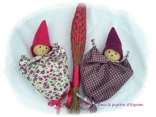 Rien de bien compliqué pour faire cette petite poupée qui servira à donner à vos vêtements des odeurs de provence ! Matériel : Un joli tissu : ou un môche, c'est vous qui voyez ! Une grosse perle en bois : De la feutrine : Du ruban: -Plier le tissu en...