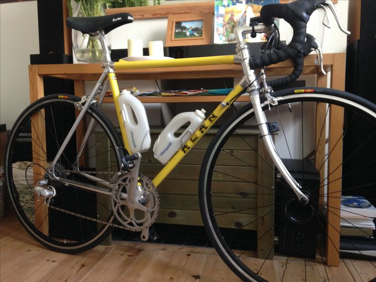 My vintage 1987 Alan bike with original Campagnolo Chorus groupset and Campagnolo borracia biodinamica, parked in the living room.