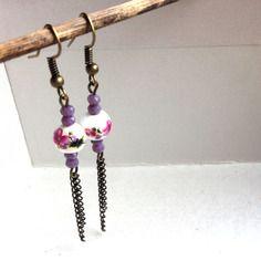 Boucles d'oreilles porcelaine fleurs violette, perles facettes violette et chaînettes bronze