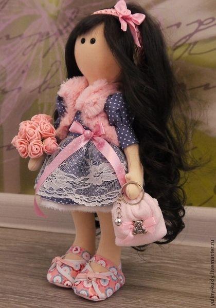 Купить или заказать Текстильная куколка малышка Яночка в интернет-магазине на Ярмарке Мастеров. Текстильная куколка ручной работы малышка Яночка. Рост 34 см., стоит сама. Сшита из кукольного трикотажа. Волосы- кукольный парик. Одета в хлопковое платье, отделанное кружевом, меховой жилет, кукольные туфельки. Сумочка сшита из флиса.