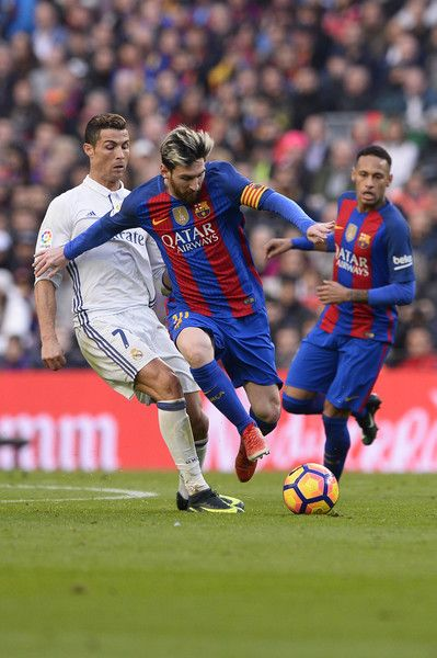 Barcelona's Argentinian forward Lionel Messi (C) vies with Real Madrid's Portuguese forward Cristiano Ronaldo during the Spanish league football match FC Barcelona vs Real Madrid CF at the Camp Nou stadium in Barcelona on December 3, 2016. / AFP / JOSEP LAGO