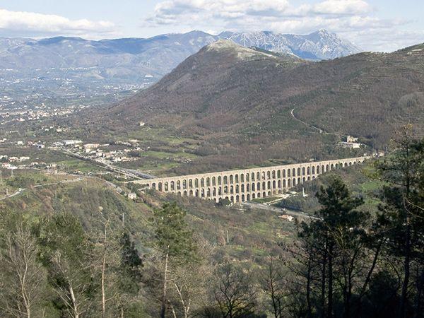 Ponti della Valle di Caserta: nella zona di Valle di Maddaloni, l'Acquedotto Carolino è individuabile grazie agli splendidi e maestosi Ponti della Valle, lunghi 529 e alti 95 metri.