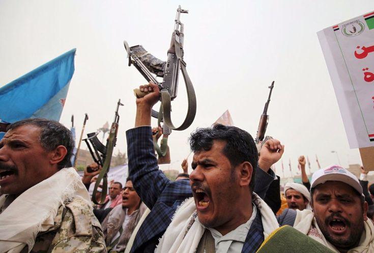 "KIBLAT.NET, Sana'a – Pemerintah Yaman langsung menghentikan perundingan damai Yaman yang berlangsung di Kuwait, setelah pemberontak Syiah Hutsi pada Ahad (01/05) merebut pangkalan militer Umaliqa yang terletak di sebelah utara ibukota Sana'a. ""Kami telah menangguhkan perundingan damai tanpa batas untuk memprotes tindakan-tindakan militer dan pelanggaran yang terus terjadi dalam gencatan senjata,"" kata salah satu anggota …"