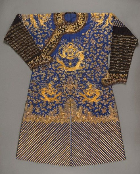 CHINE, fin du XIXe siècle Robe dhomme en soie bleue à décor brodé ...