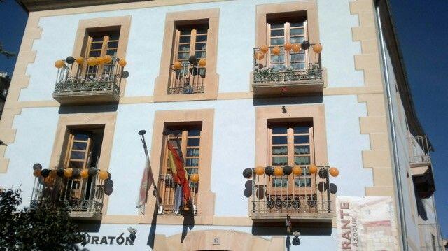 Halloween en el Hotel Vado del Duratón, fachada decorada con brujitas y globos naranjas y negros