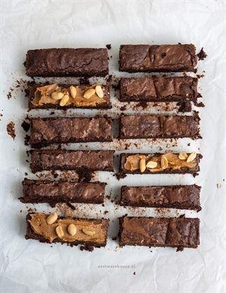 Zin in een wat machtigere snack of dessert? Deze pindakaas brownies met stukjes noot maak je in een handomdraai! Kijk snel op blogsociety.telegraaf.nl