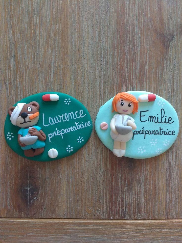 reservé 2 badges préparatrice en pharmacie : Pins, badges par estelle-badge-fimo