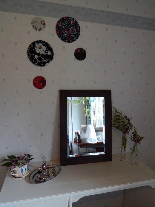 Meikkauspöytä. Sama pöytä kuin ompelemaan kuvassa, hiominen ja maali tekee ihmeitä.
