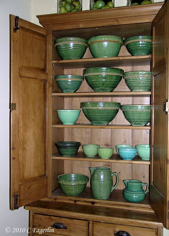 nice antique greens.......my mom had quite an inventory of green crockware. This pic made me miss her...
