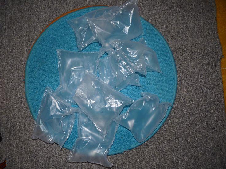 Ken ji die zakjes gevuld met lucht gebruikt als opvulmateriaal? Het lijken net ijsblokken.
