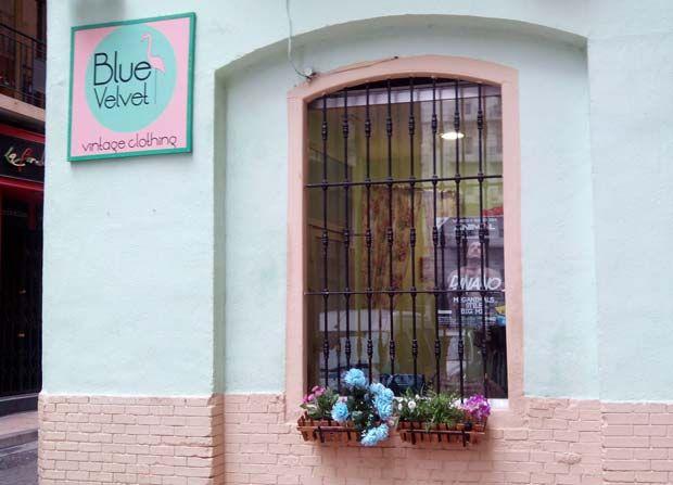 La tienda de moda Blue Velvet Vintage Clothing se dedica la recuperación de prendas vintage y de segunda mano, adaptándolas a las tendencias actuales de diferentes formas, como por ejemplo añadiendo retales o todo tipo de abalorios y tachuelas. #zaragoza #tienda