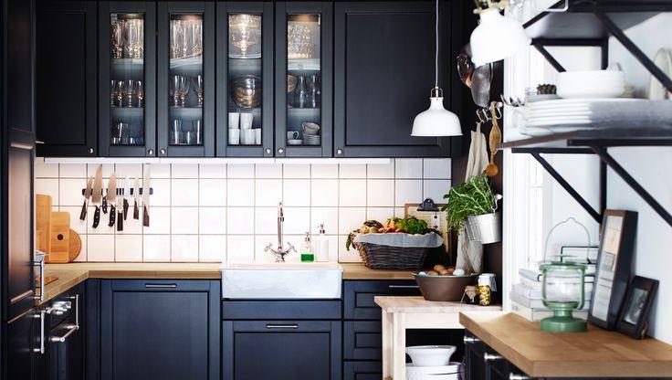 Eine schwarze METOD Küche mit E- Geräten und LAXARBY Front