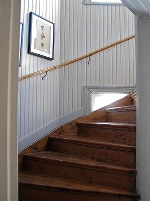 """Men... den här trappan är ju exakt som här. Häftigt! Till och med det """"halva"""" fönstret som sitter ner i garderoben också.. Snyggt med trären trappa."""