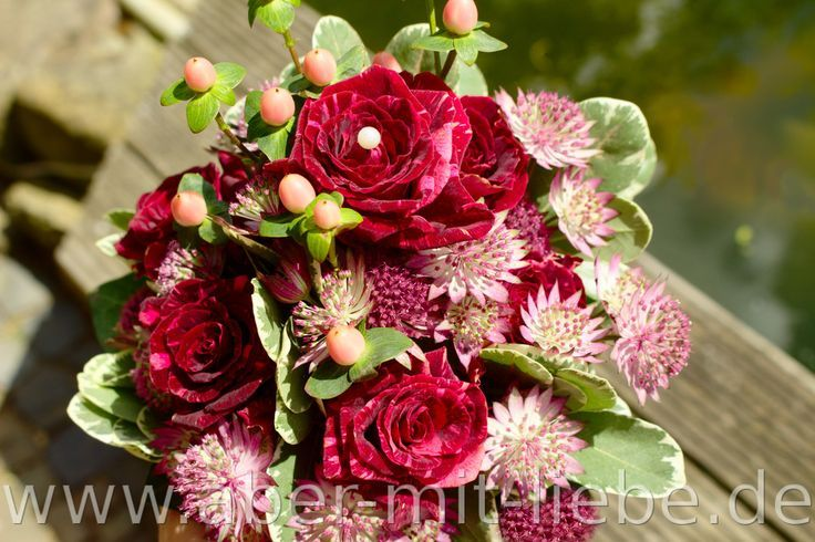 Small bridal bouquet in dark red. With the rose variety & # 39; Straciatella & # 3 …  – Brautstrauß