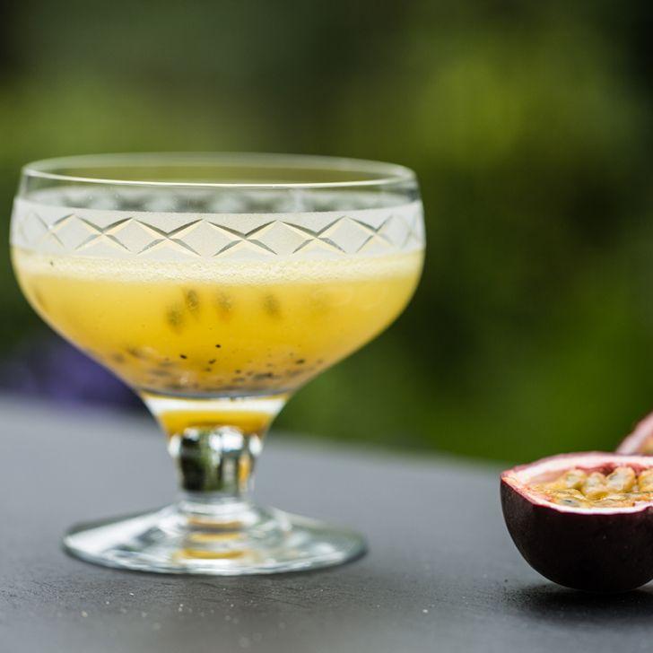 Eksotisk drink med ananas og passion