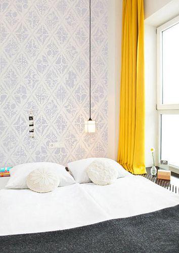 Quarto com parede cinza e cortinas amarelas