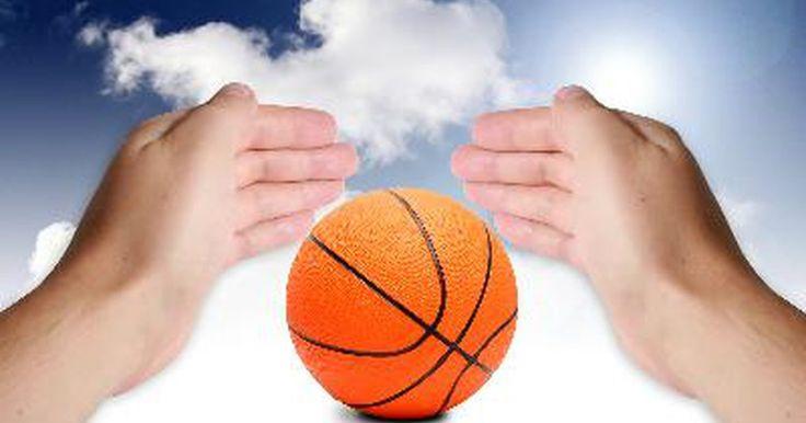 ¿Cómo se hacen las pelotas de baloncesto?. Las pelotas de baloncesto obtienen su rebote, su efecto y forma de esfera perfectamente medido a partir de un proceso de fabricación complejo de tres etapas que comienza con una cámara. Esta es la parte que contiene el aire y da su rebote a las pelotas de baloncesto. Es una estructura simple hecha de caucho de butilo que tiene la forma de un ...